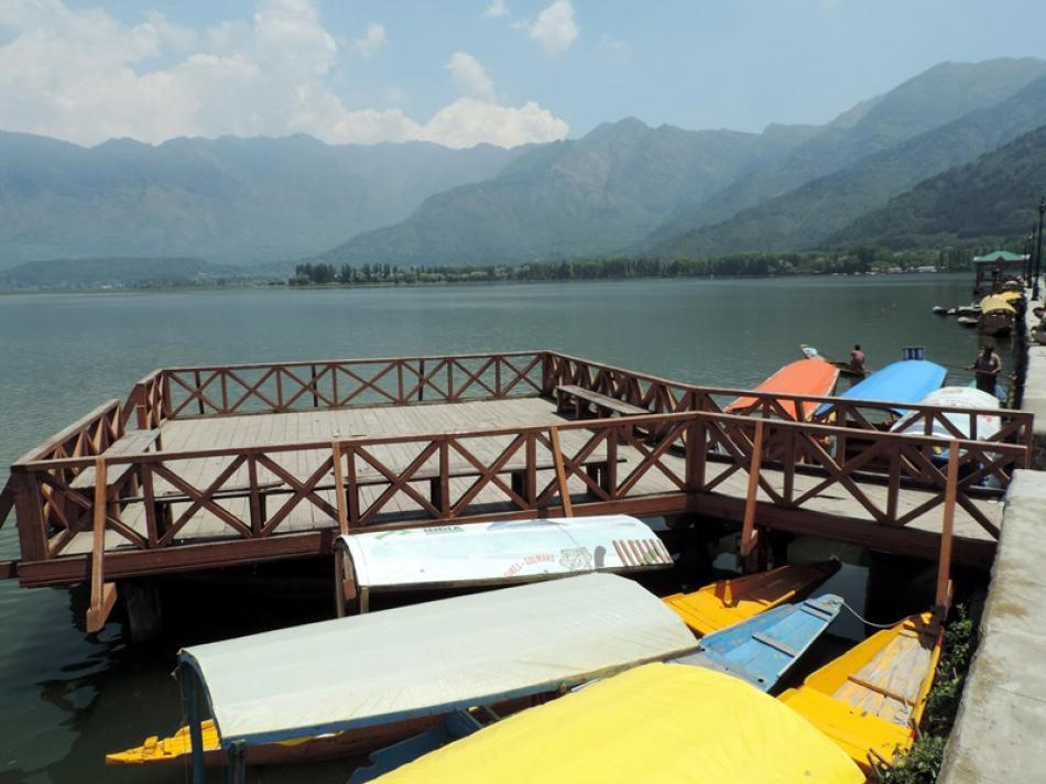 Kashmir: Tourists' magnet Dal Lake wears des ...