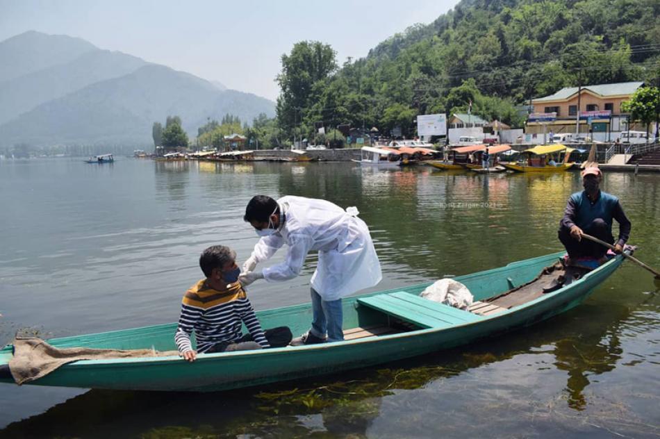 Kashmir: Vaccination drive at tourist magnet Dal L ...